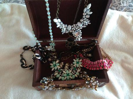 Szkatułka pełna biżuterii