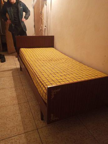 Кровать с матрасом ,в нормальном состояние