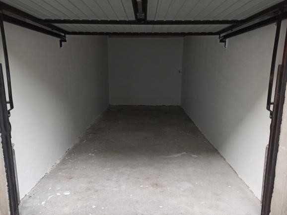 Garaż do wynajęcia z miejscem przed garażem na drugie auto. Centrum