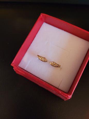 Pierścionek w złotym kolorze. regulowany - prezent na dzień kobiet