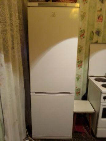 Холодильник Indesit двухкамерный.СРОЧНО.