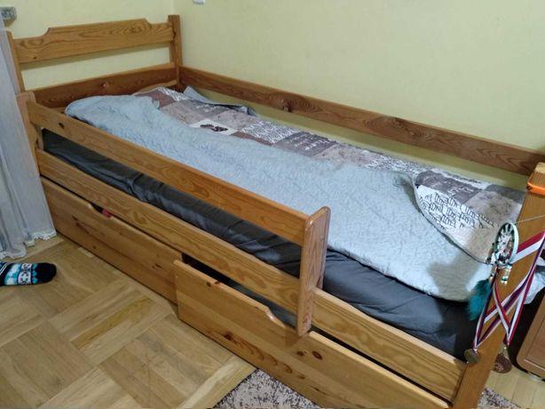 Solidne łóżko dziecięce z pojemnikami i materacem.