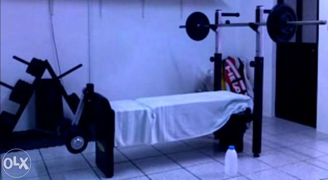 Equipamento de musculação em perfeitas condições.