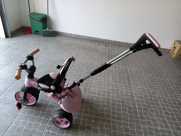 Triciclo de criança entregue em mãos com proteção para dias de sol