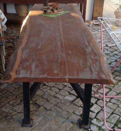 Mesa de Madeira Exótica c/ Pés de Ferro