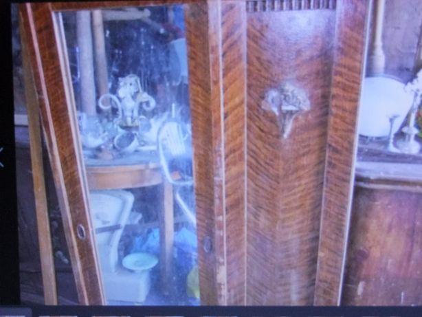 Drzwi do starej szafy z lustrem