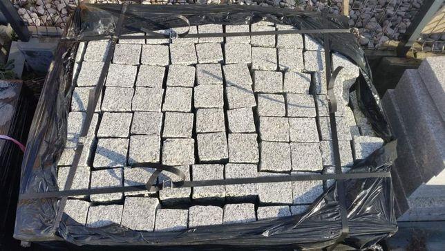 Kostka granitowa szara cięto-łupana 10x10x10 cm