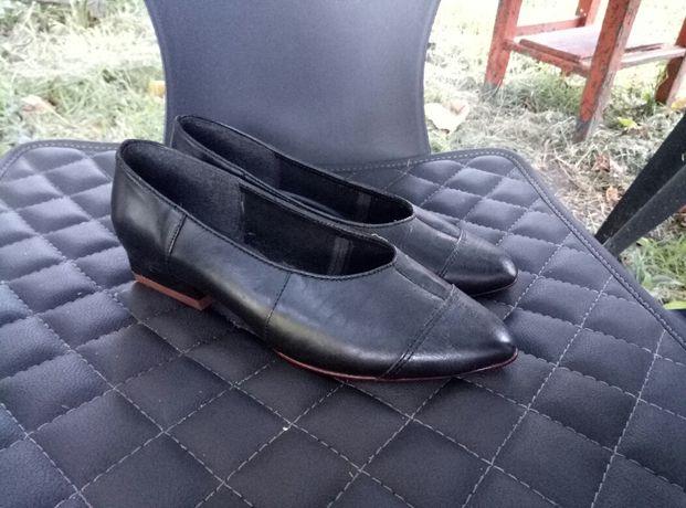 Черные кожаные туфли на каблуке