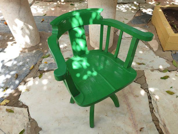 Antiga cadeira giratória de professor em madeira maciça