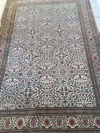 Tapete médio de lã com franja em tons rosa velho lindíssimo