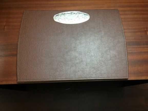 Base para secretária em pele sintética e casquinha de prata