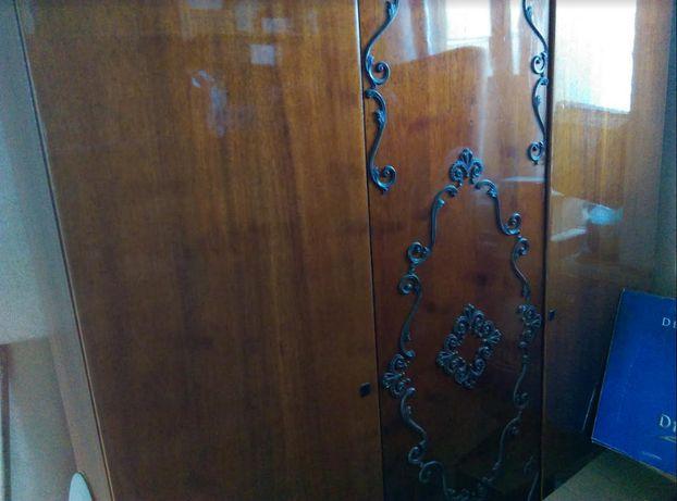Шкаф три двери