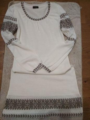 Плаття з елементами вишивки
