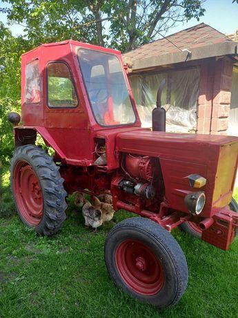 Продаєця трактор