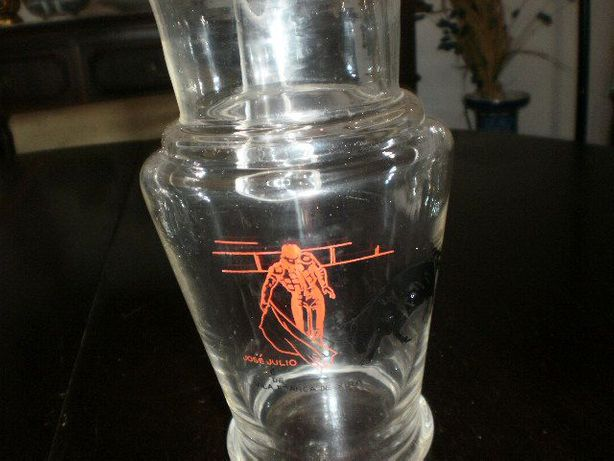 Jarro em vidro garvado com imagem de José Julio e touro