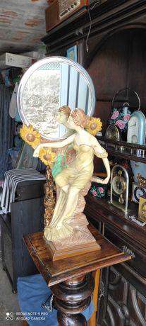Peça decorativa com estátua e suporte