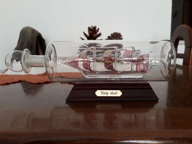 Veleiro dentro de garrafa de vidro