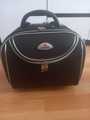 Mała walizka podróżna, torba, kuferek