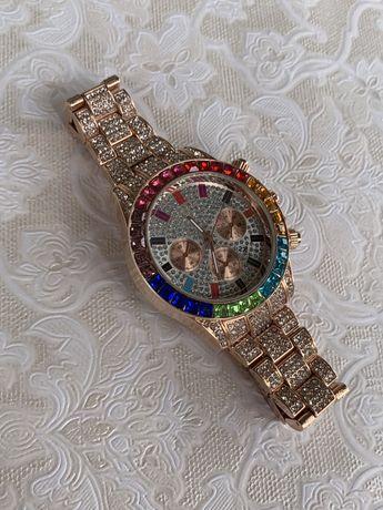 Мужские наручные часы с камнями. Блестящие часы с камушками