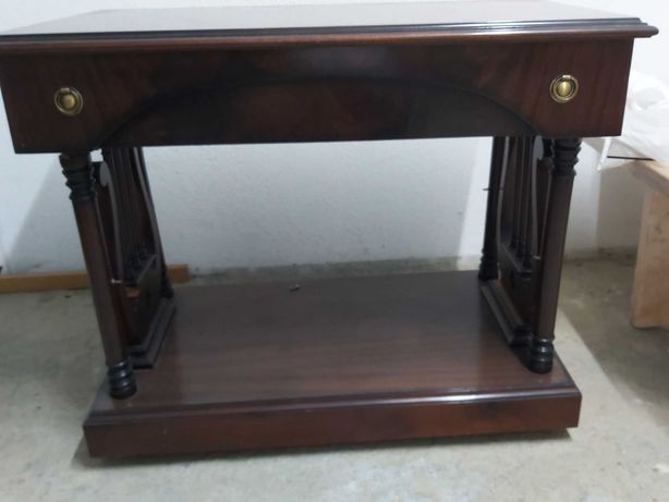 Mesa de tv em Mogno - cor castanha com gaveta