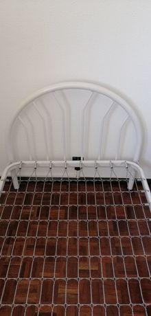 Duas camas de solteiro em ferro