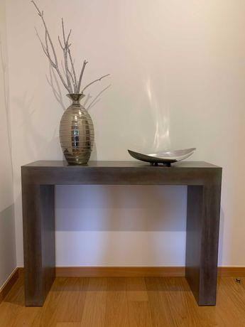 Consola prata/cinza com oferta de acessórios decorativos