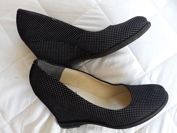 buty pełne elegancka czerń modne kropki