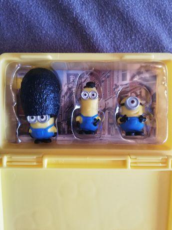 Caixa contém as três figuras dos minions