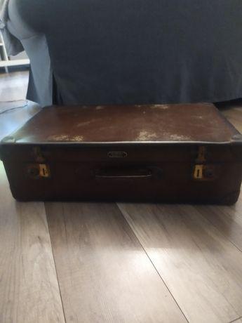Stara walizka z metalowymi okuciami