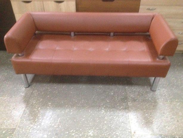 Офісний диван коричневого кольору