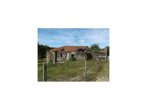 Quintinha com casa em pedra para restauro