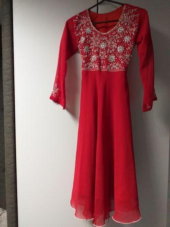 Piękna sukienka czerwona z haftem i cekinami 146rozm