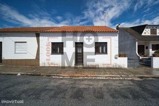 Moradia T2, localizada em zona calma e de fáceis acessos, Raposa - Alm