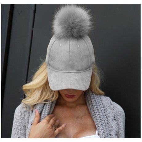 szara damska czapka Z DASZKIEM z pomponem