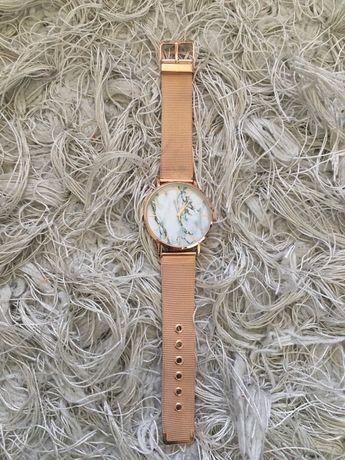 Zegarek damski z tarcza w marmurek