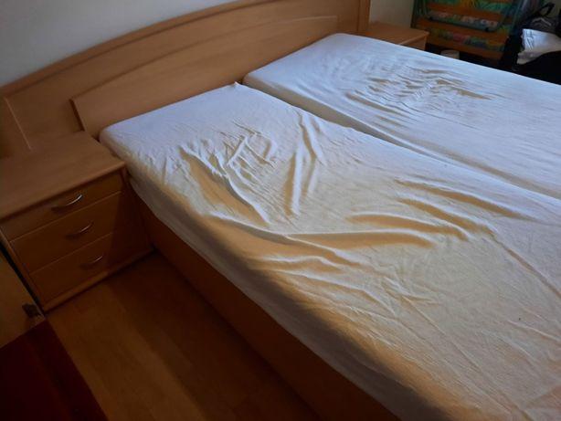 łóżko z dwiema szafkami