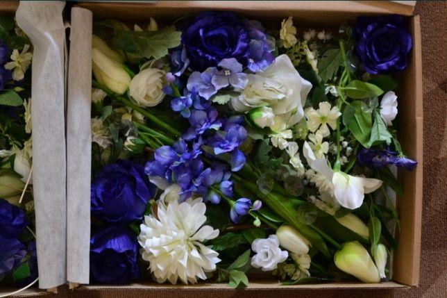 Biało-niebieskie kwiaty ozdoby na samochód na ślub wesele
