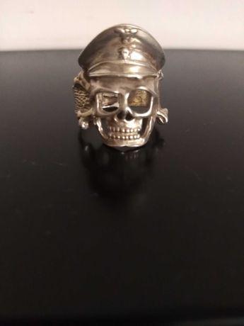 Srebrny pierścionek czaszka