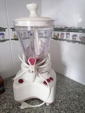 Liquidificadora ideal para sumos e batidos