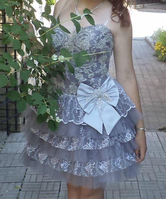 Пышное вечернее платье с корсетом в камнях.