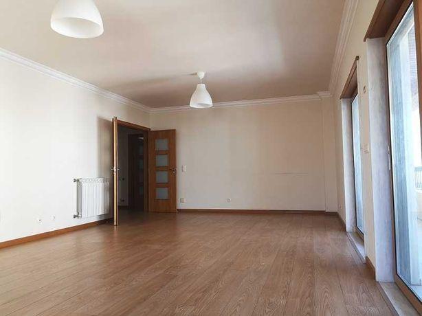 T3 apartamento moderno com elevador em Queijas para arrenda!
