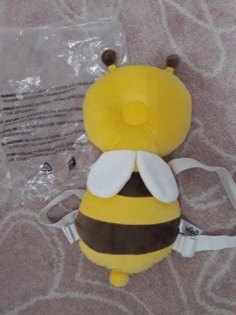 plecaczek-pszczółka chroniacy głowę i plecki niemowlaka