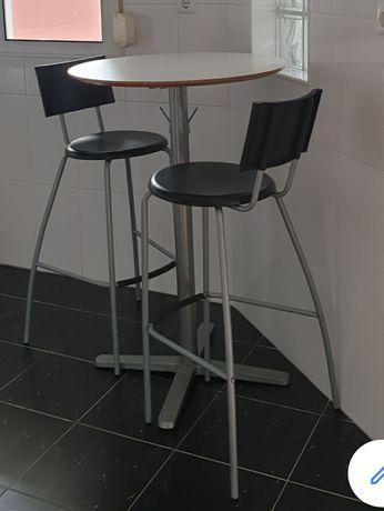 Mesa alta e duas cadeiras