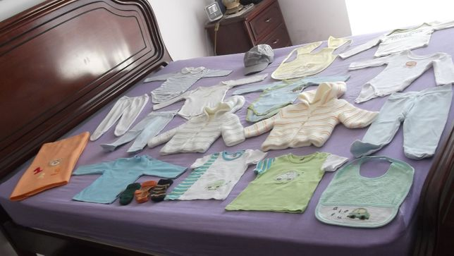 lote de roupa de menino bebé o boné