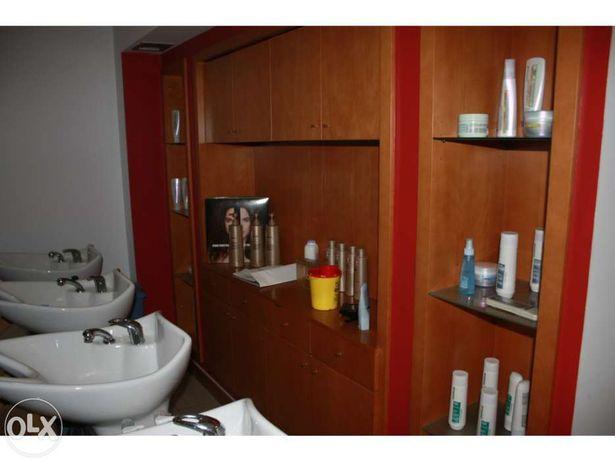 Três armários de apoio para embutir com portas, gavetas e prateleiras