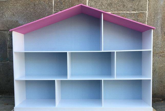 Casa de bonecas ou prateleiras para quarto de criança