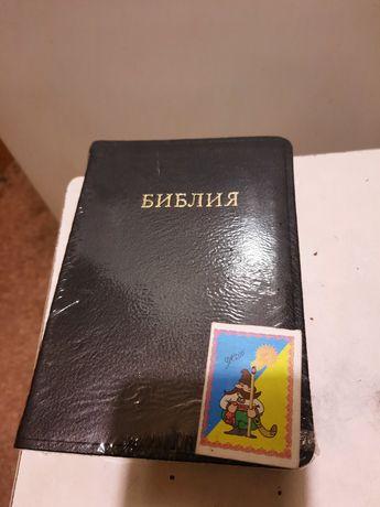 Библия кожаная,маленькая,с золотым срезом и индексами.