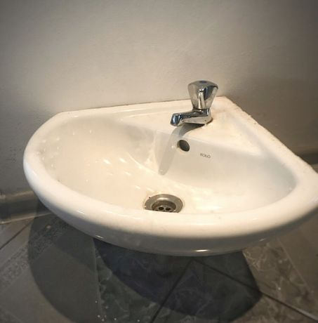 Umywalka narożna marki Koło razem z kranem