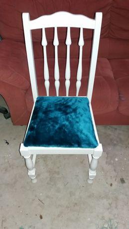 Cadeira branca, com pano azul pelo