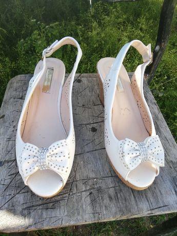 Buty na koturnie, sandałki 37